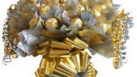 Букет из конфет — прекрасный подарок на праздник любимым