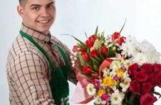 Личное вручение цветов или привлечение курьера – что лучше?