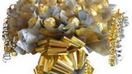 Букет из конфет – прекрасный подарок на праздник любимым